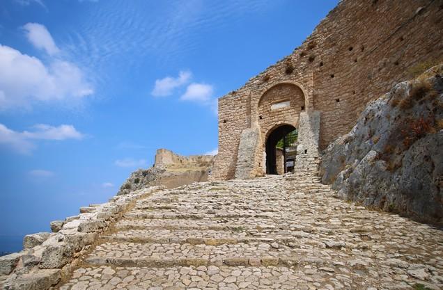 πύλη εισόδου στο κάστρο της Ακροκορίνθου