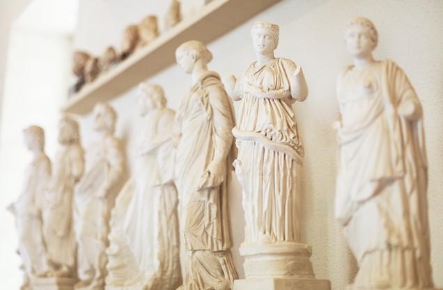 αρχαία μαρμάρινα αγάλματα που αναπαριστούν γυναίκες στην Αρχαία Κόρινθο