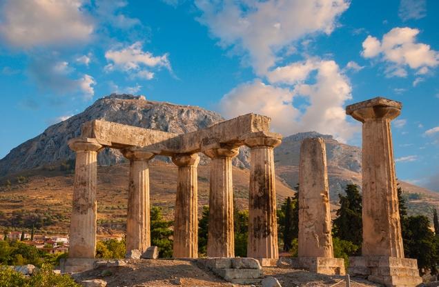 ερείπια μαρμάρινου ναού στην αρχαία Κόρινθο το ηλιοβασίλεμα