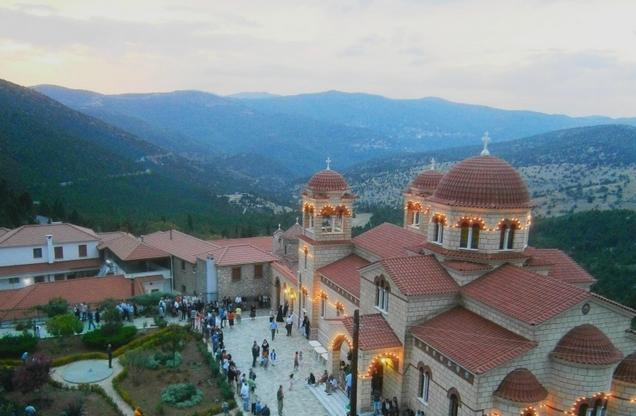 θέα από ψηλά του περίβολου στο ιερό μοναστήρι της Μαλεβής