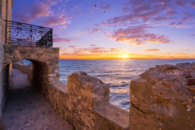 η θέα του ηλιοβασιλέματος που πέφτει στη θάλασσα από το κάστρο της Μονεμβασιάς