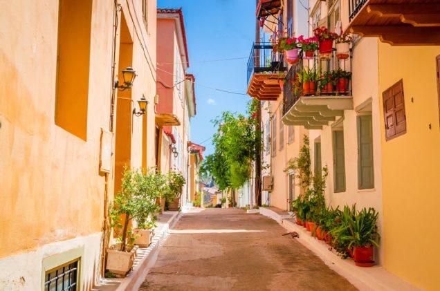 σοκάκι στην πόλη του Ναυπλίου με νεοκλασικά κτήρια