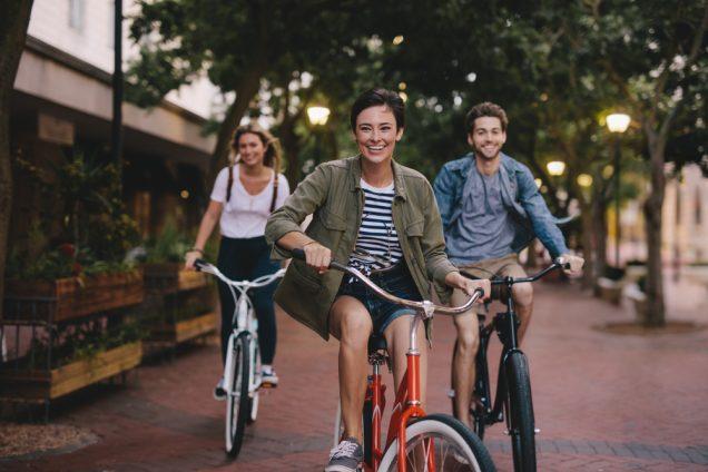χαρούμενοι ποδηλάτες στο κέντρο της πόλης του Ναυπλίου