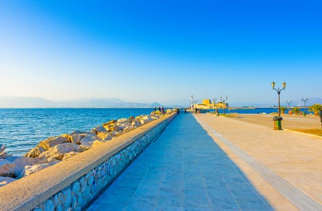 το λιμάνι του Ναυπλίου και στο βάθος το Μπούρτζι