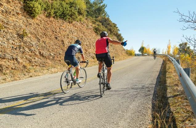 δύο ποδηλάτες σε επαρχιακό δρόμο του Ναυπλίου