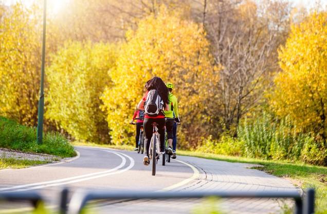 ποδηλάτες σε σειρά ο ένας πίσω από τον άλλον σε επαρχιακό δρόμο του Ναυπλίου