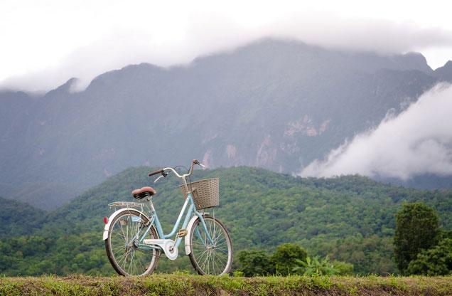 Ποδηλασία Ναύπλιο - Επίδαυρος: λευκό ποδήλατο με θέα τα καταπράσινα βουνά Επίδαυρος