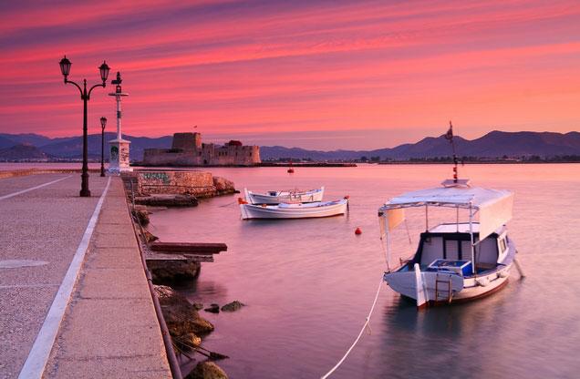 Διήμερο Κλασικού Τουρισμού στο Ναύπλιο, Αρχ. Κόρινθο, Επίδαυρο, Μυκήνες από Αθήνα: Το λιμάνι του Ναυπλίου στο ηλιοβασίλεμα με φόντο το Μπούρτζι