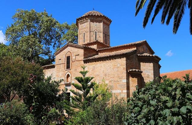 πλάγια όψη εκκλησίας στο ιερό μοναστήρι της Μαλεβής