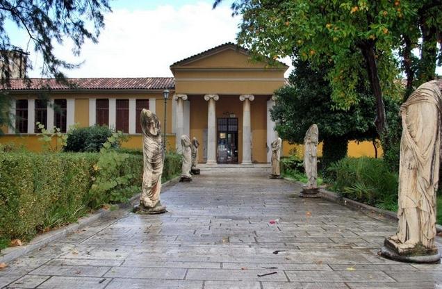 η είσοδος του αρχαιολογικού μουσείου στη Σπάρτη