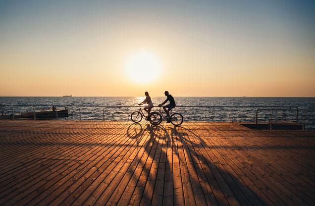 Ποδηλασία στην πόλη του Ναυπλίου: ποδηλάτες στο λιμάνι του Ναυπλίου στο ηλιοβασίλεμα