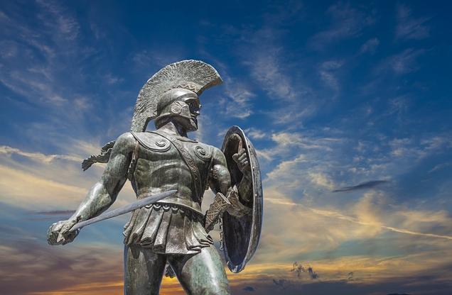 θέα του αγάλματος του Λεωνίδα με φόντο τον ουρανό στο ηλιοβασίλεμα, Σπάρτη Λακωνίας