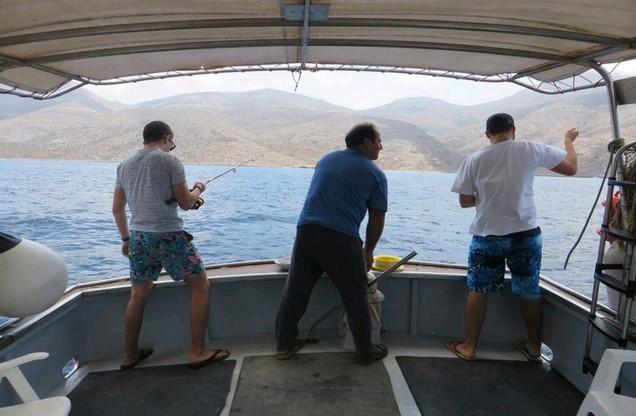 άνδρες ψαρεύουν σε βόλτα με καΐκι στο Ναύπλιο