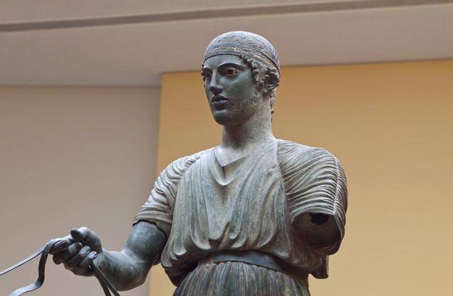 ηνίοχος Δελφών, αρχαίο άγαλμα στο μουσείο των Δελφών