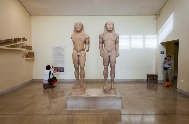 αγάλματα κούρων στο μουσείο των Δελφών