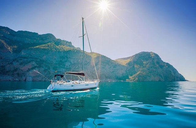Περίπατος, γεύσεις & ιστιοπλοΐα στο Ναύπλιο: Σκάφος που ταξιδεύει στον Αργολικό κόλπο κοντά στο Ναύπλιο