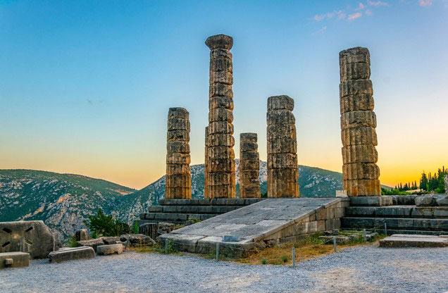 Δελφοί από Ναύπλιο: εκδρομή στους Δελφούς, οι κίονες του αρχαίου ναού του Απόλλωνα στους Δελφούς