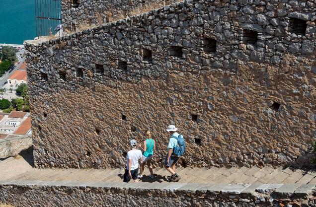 άνθρωποι κατεβαίνουν τα σκαλιά στο Παλαμήδι στο Ναύπλιο