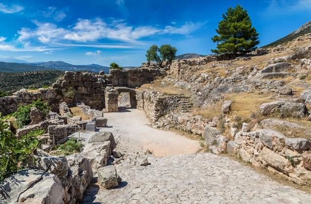 μονοπάτι ανάμεσα σε αρχαία ερείπια κτισμάτων στις Μυκήνες