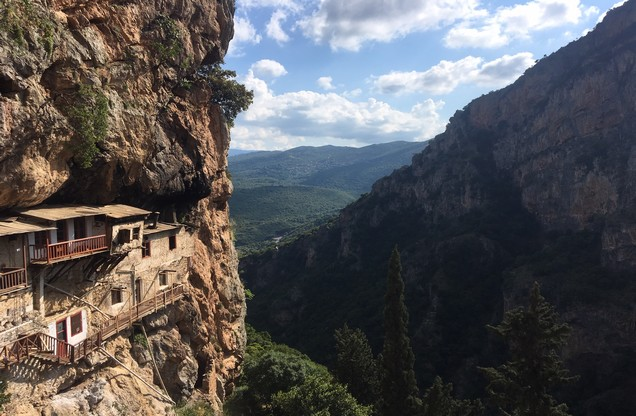 θέα του βουνού με ένα μοναστήρι στα βράχια