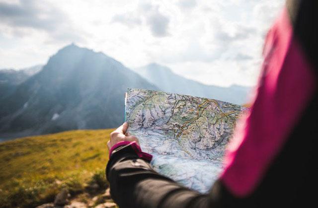 Πεζοπορία Βυτίνα-Ελάτη: πεζοπόρος με ανοιχτό χάρτη στα χέρια του