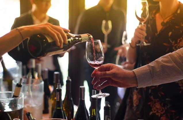 γέμισμα ποτηριού με κόκκινο κρασί