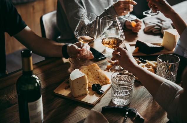 Premium Γευσιγνωσία κρασιών στη Νεμέα: Μια ομάδα φίλων πίνει ελληνικό κρασί
