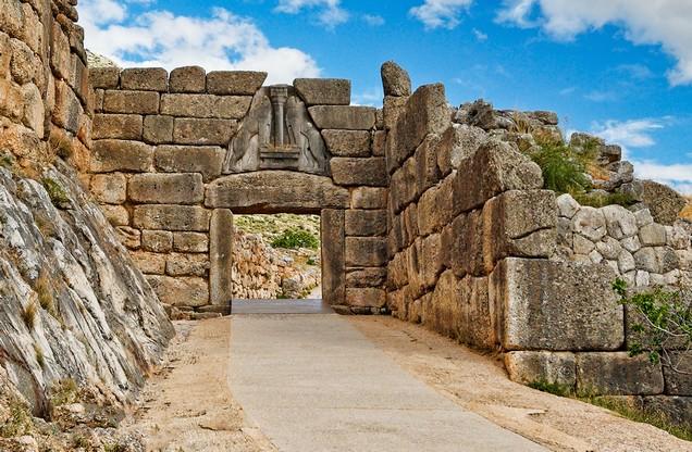 Άποψη της αρχαίας πύλης των λιονταριών στις Μυκήνες