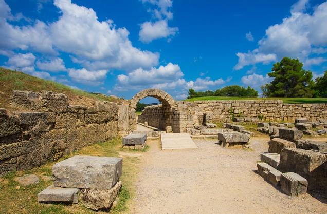 πέτρινη πύλη στην αρχαία Ολυμπία