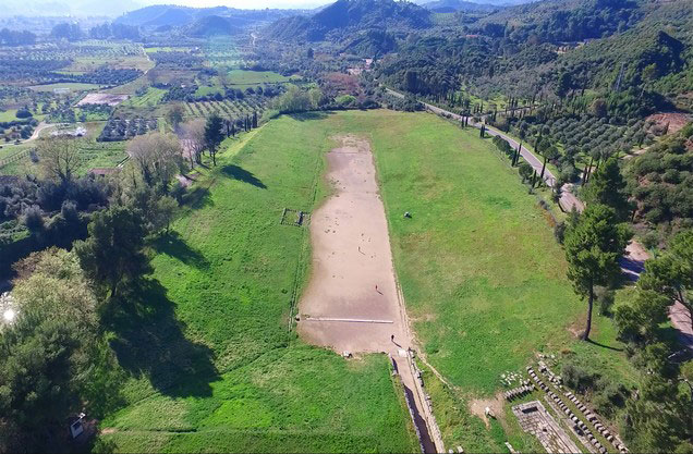 θέα του αρχαίου σταδίου όπου τελούνταν οι Ολυμπιακοί Αγώνες από ψηλά
