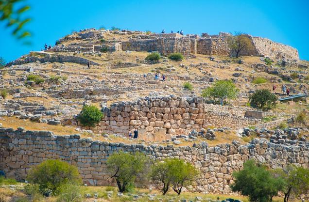 το παλάτι των Μυκηνών και τα τείχη του από μακριά