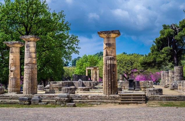 κίονες από ερείπια ναού στην αρχαία Ολυμπία