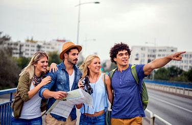 Ομαδικές περιηγήσεις: μια παρέα φίλων κάνει τουρισμό στην Πελοπόννησο