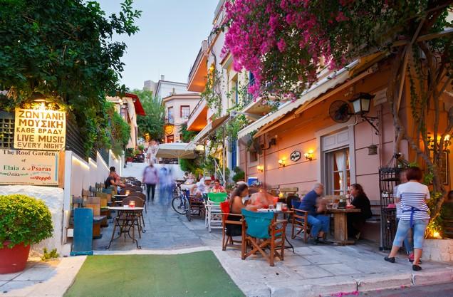εστιατόρια με τα τραπεζάκια τους σε γραφικό σοκάκι στη περιοχή της Πλάκας στο κέντρο της Αθήνας