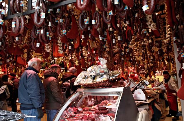 ποικιλία αλλαντικών στην Βαρβάκειο αγορά