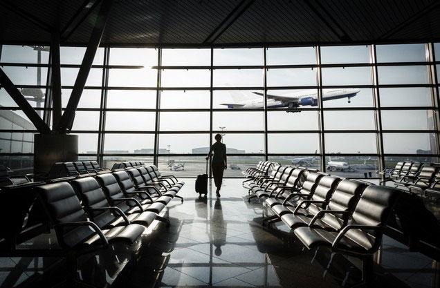Αεροδρόμιο Αθήνας Ελ.Βενιζέλος από ή προς Καλαμάτα: ένας άνθρωπος κοιτάζει τα αεροπλάνα που πετούν από το τζάμι του αεροδρομίου