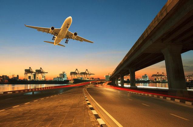 Αεροδρόμιο Αθήνας Ελ.Βενιζέλος από ή προς Μονεμβασιά: Ένα αεροπλάνο πετάει σε χαμηλό ύψος πάνω από το αεροδρόμιο της Αθήνας