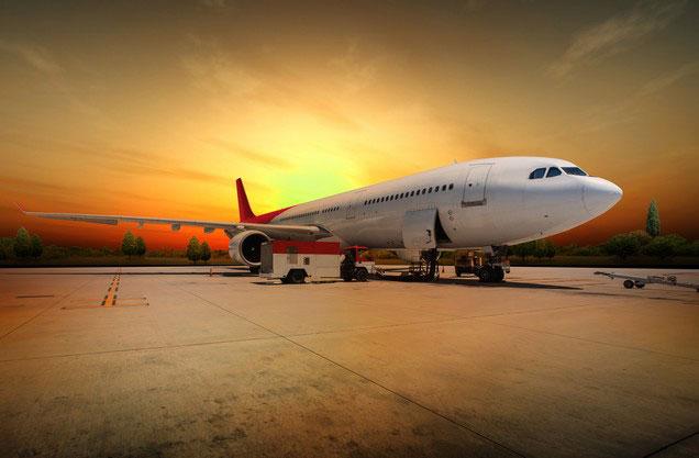 Αεροδρόμιο Αθήνας Ελ.Βενιζέλος από ή προς Πύλο: ένα αεροπλάνο σταθμευμένο στον αεροδιάδρομο