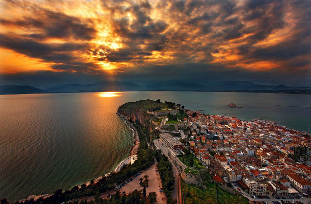 Ναύπλιο προς Ακρόπολη με επιστροφή: η θέα της πόλης του Ναυπλίου από ψηλά την ώρα που δύει ο ήλιος