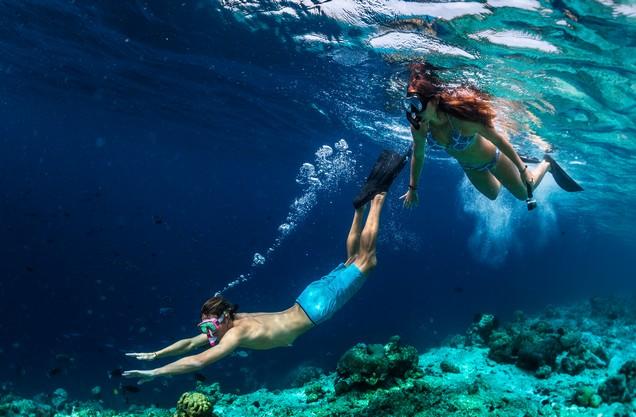 SUP & Snorkeling στην παραλία της Βοϊδοκοιλιάς: μια γυναίκα και ένας άνδρας κάνουν βουτιά μέσα στα μπλε νερά της παραλίας της Βοϊδοκοιλιάς