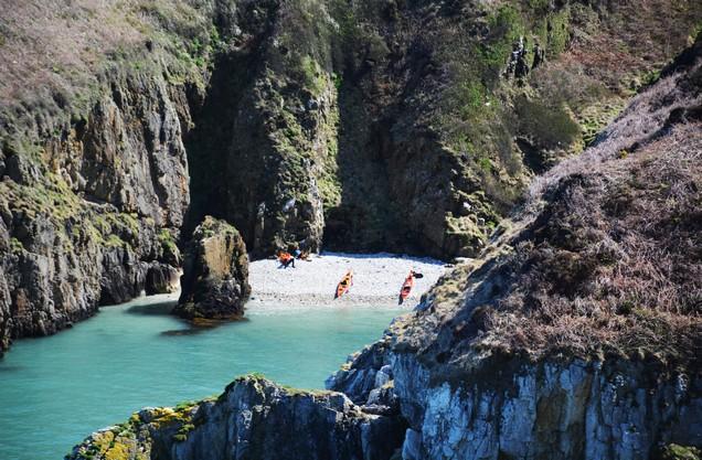 κανό καγιακ προσαραγμένα σε μια πανέμορφη βραχώδη παραλία