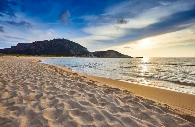 η παραλία της Βοϊδοκοιλιάς την ώρα που δύει ο ήλιος