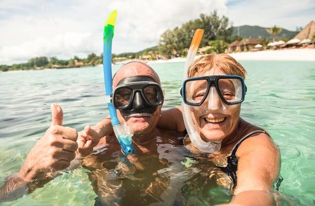 ένα ζευγάρι που φοράει μάσκα θαλάσσης