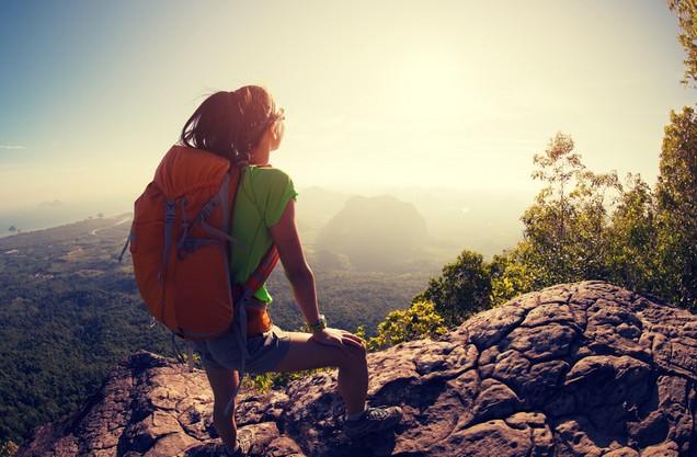 μια πεζοπόρος απολαμβάνει την θέα του όρμου του Ναυαρίνου από ψηλά