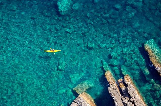 ένα κανό στα κρυστάλλινα νερά της θάλασσας της Καρδαμύλης
