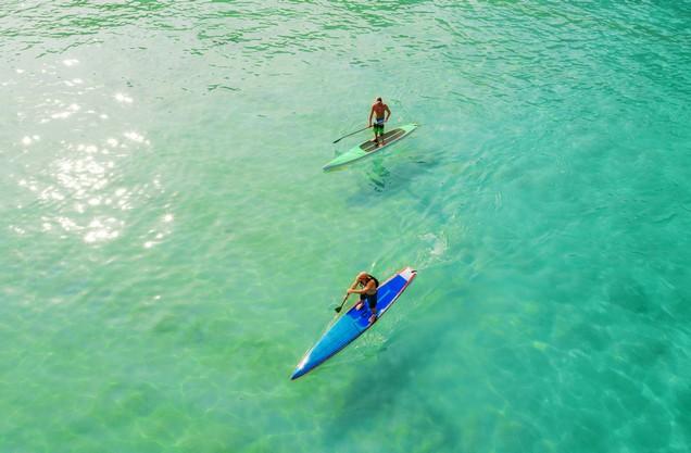 δυο άνθρωποι κάνουν SUP στα γαλαζοπράσινα νερά της Βοϊδοκοιλιάς