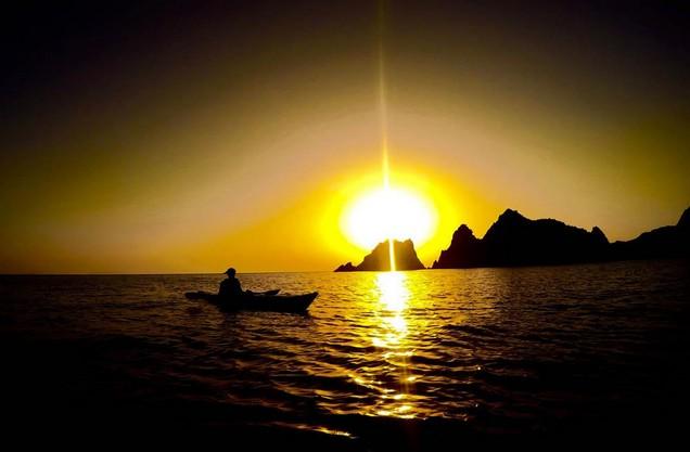 ένα κανό στην θάλασσα στην δύση του ηλίου
