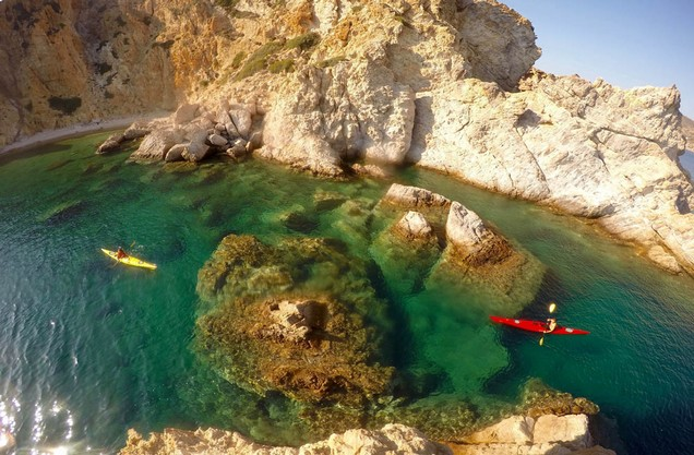 Καγιάκ σε απομακρυσμένα νησιά: κανό καγιάκς στα γαλαζοπράσινα νερά της παραλίας του Τολού